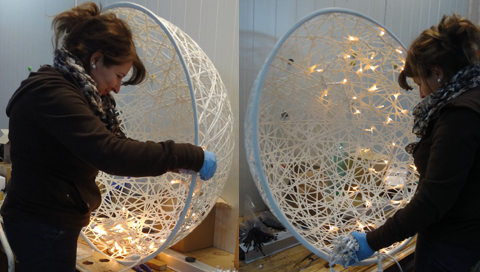 Rattankugeln werden mit LED Beluchtung konfektioniert.