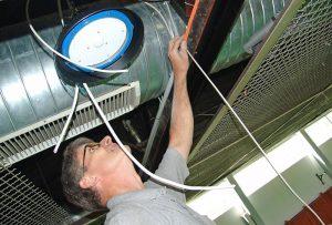 In luftiger Höhe - ENDRES Lighting Monteur bei der Arbeit