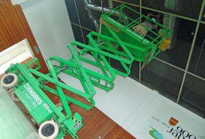 Mit der Haulotte Hebebühne werden neue Hallenstrahler angebracht