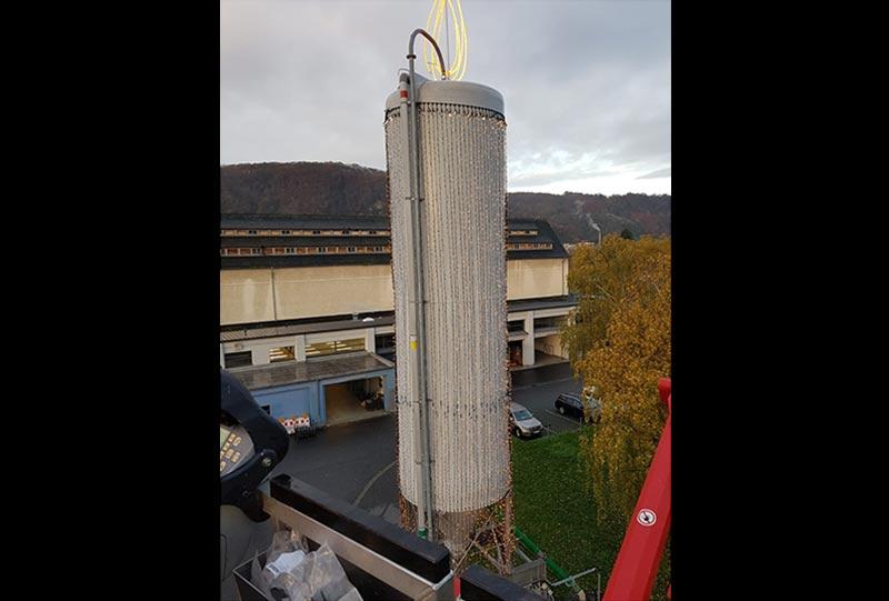 Nach der Montage der Beleuchtungselemente an der rund 20 Meter nhohen Kerze