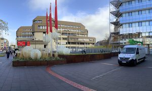 ENDRES Lighting Monteure bringen die Weihnachtsdekoration bei der Sparkasse Koblenz an