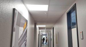 Das Bürogebäude der DHL Freight GmbH wurde mit LED-Panels ausgestattet - Ansicht Flur