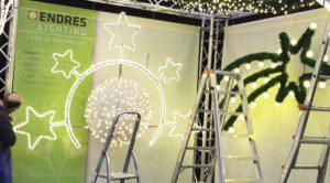 Neu im ENDRES Lighting Programm: Eine Fiberglaskugel mit Lichterkette und einem Kranz mit 5 Sternen der mit Lichtschlauch eingefasst ist.
