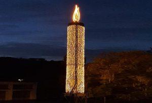 Eine stilvollendete Kerze erleucht den Bauhof in Lahnstein