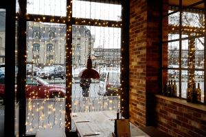Die Lichterketten geben dem Innenraum das gewünschte weihnachtliche Ambiente.